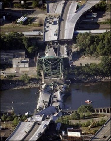 Bridge collapses in Minneapolis