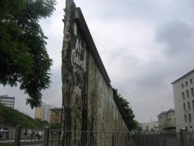 Püstitati Berliini müür