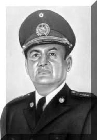 General Carlos Humberto RomeroPresidente de la República de El Salvador:desde 1ero de Julio de 1977Derrocado el 15 de octubre de 1979 por una Junta Revolucionaria(SALVADOREÑO)