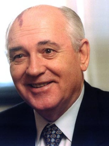 Gorbachev and Reagen talk about nuclear weapons treaty