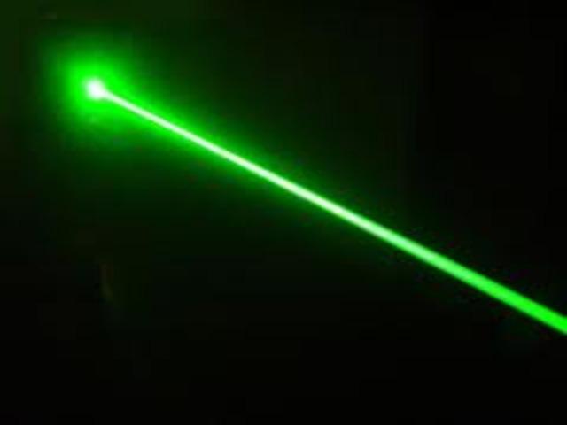 Se inventa el rayo láser