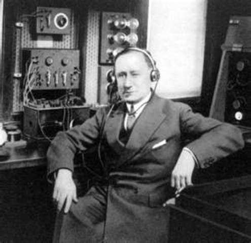 Reginald Fessenden sends voice signals several hundred miles.