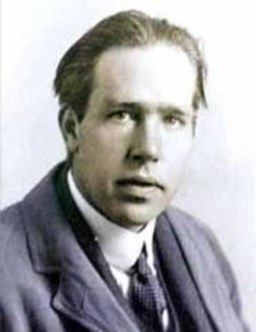 Niels Bohr propone la existencia de niveles bien definidos a manera de orditales alrededor del núcleo.