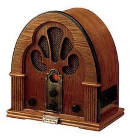 Guglielmo Marconi patenta la radio.