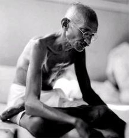 Mahatma Ghandi es arrestado.