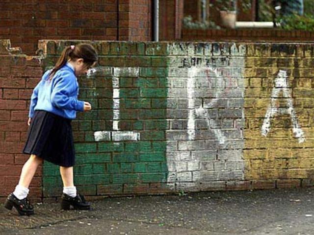 IRA anerkender Langfredagaftalen og afslutter sin væbnede kamp.