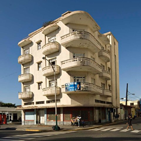 Edificio ubicado, frente al Parque Independencia de Santo Domingo. (Foto tomada de Archivo de Arquitectura Antillana AAA).