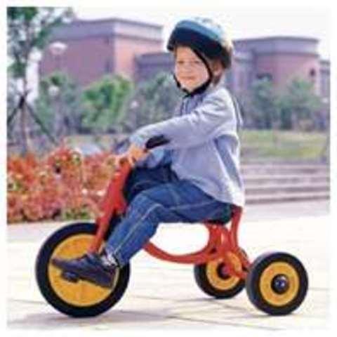 Cuando yo tenía tres años, yo hablaba mucho, yo montaba en triciclo, y yo dibujaba los cuadros mucho.