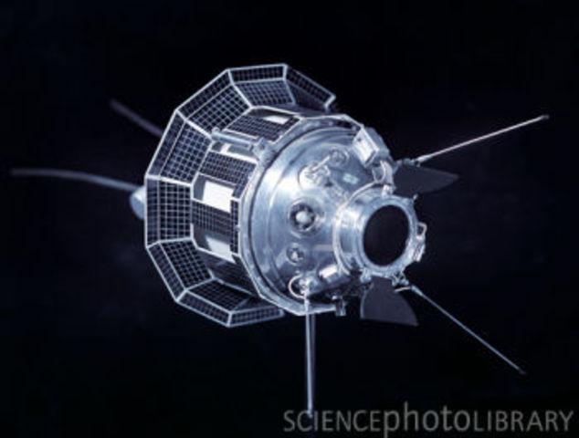 Luna 3, Lunar flyby