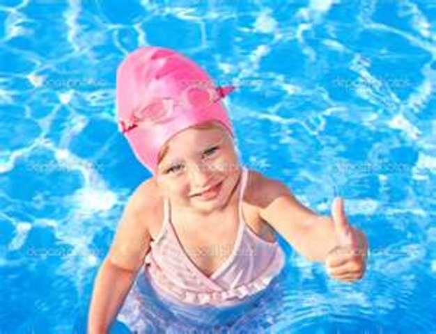 Cuando yo tenía siete años, yo iba a la playa con mi familia, yo nadaba en la piscina, y yo recogía los conchas de mar.