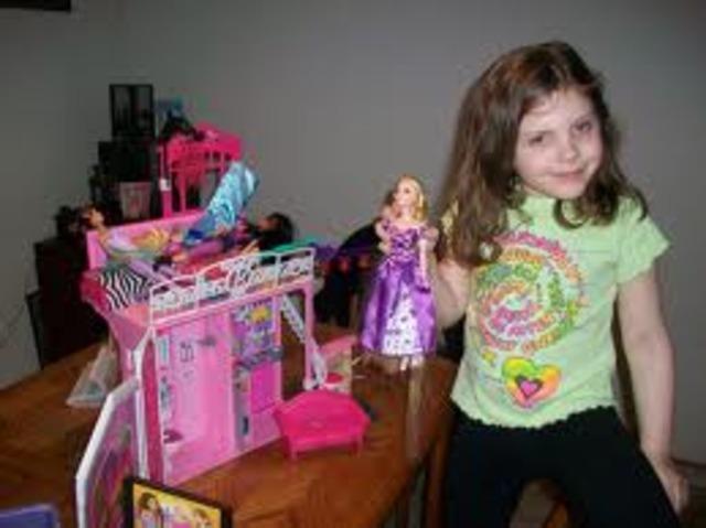 Cuando yo tenía seis años, yo jugaba con las muñecas Barbie,