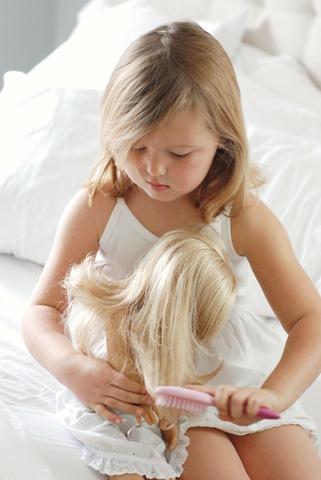 Cuando yo tenía tres años, yo cepillaba el pelo de mi muñeca.