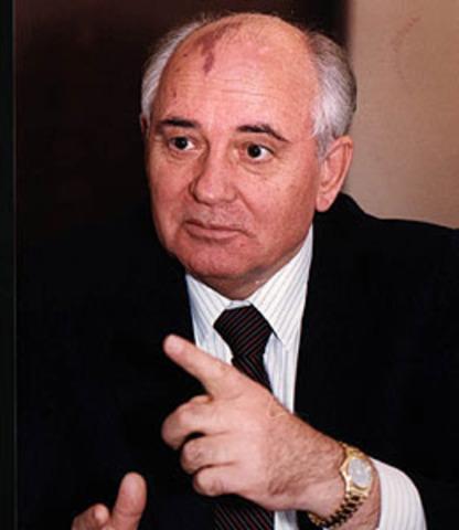 Mijail Gorbachov  asume el poder soviético.