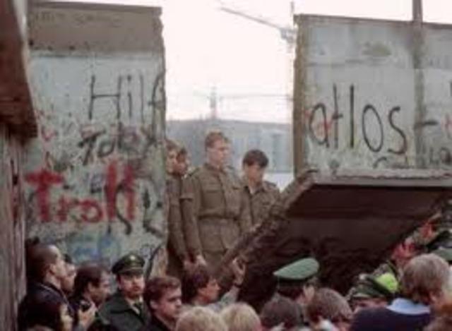 El muro de berlin es derribado