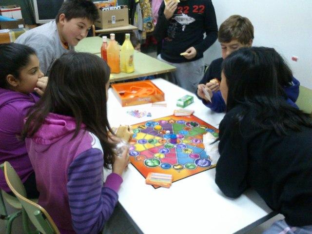 Els nens jugant a jocs de taula