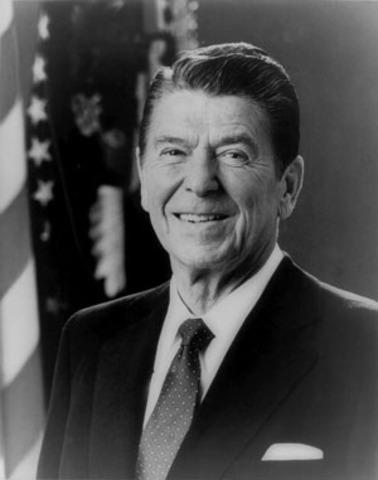 Es elegido Ronald Reagan presidente de EEUU, Durante su mandato se pone en practica las ideas neoliberales en EEUU.