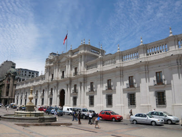 The RPF takes control of the presidential palace.