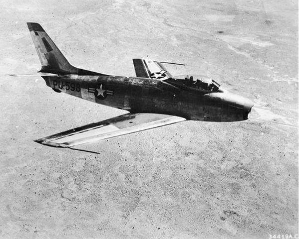 Der erste Überschallflug eines Flugzeuges (F-86 Sabre)