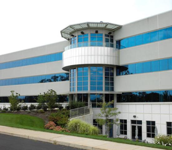 Minitab s'installe dans les locaux occupés encore aujourd'hui, dédiés à son siège mondial. Le bâtiment de 88 000 m² comprend un atrium, une salle de formation, un studio de video-conférence, un gymnase, une salle de jeux et une salle multimédia de 40 plac