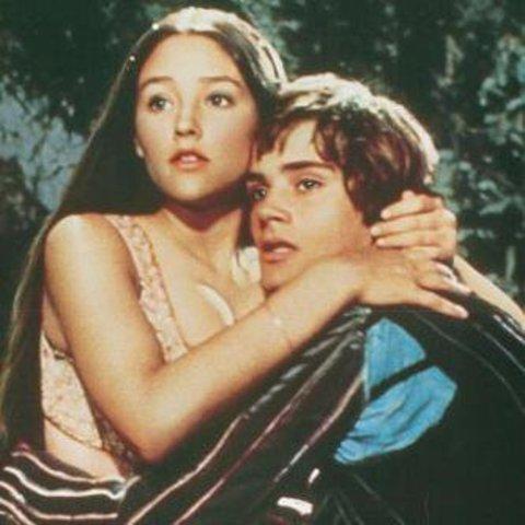 Le film de Zefirelli : À Vérone, un malheureux hasard fait pousser deux roses d'amour dans un jardin rempli par les ronces de la haine.
