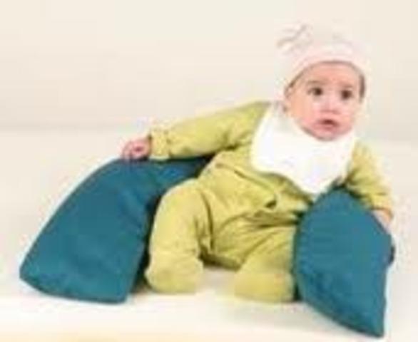 Niño sentado con apoyo