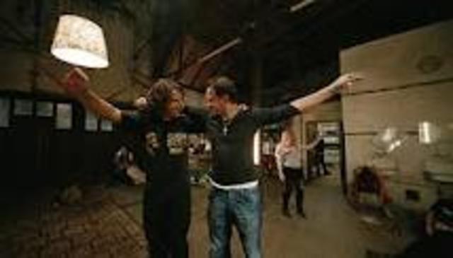 Zinos und sein Bruder tanzen