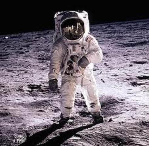 Primera dóna que paseja per l'espai