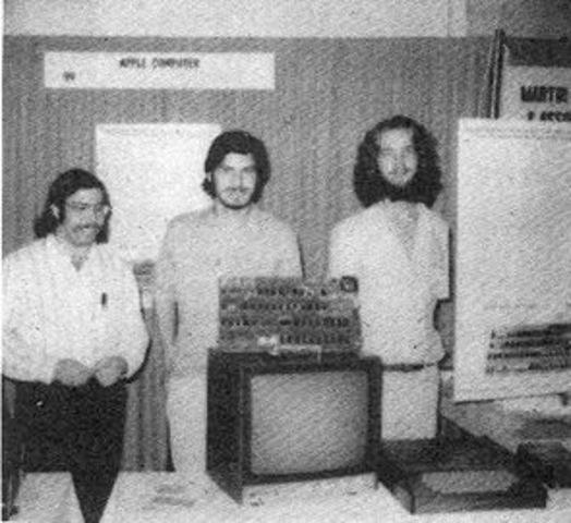 steve jobs muestra sus computadoras