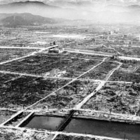 El bombardero norteamericano Enola Gay lanza la primera bomba atómica sobre Hiroshima (Japón)