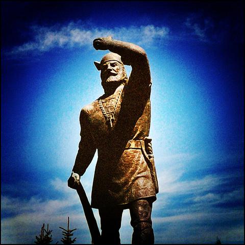 Leif Erikson (fils d'Erik le Rouge) explore les côtes de l'Amérique du Nord