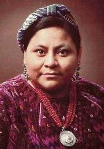 Rigoberta Menchú recibe el Premio Nobel de la Paz.
