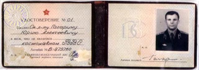 Главком ВВС К.А.Вершинин подписал удостоверения пилотов-космонавтов Ю.А. Гагарину, Г.С. Титову и Г.Г. Нелюбову.