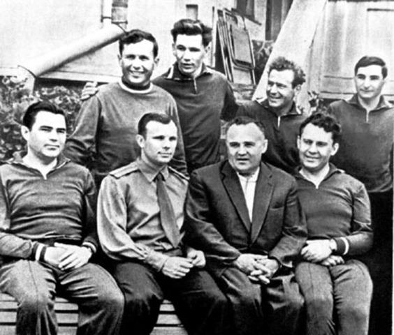 Первая группа из шести космонавтов в названном выше составе сдала экзамен на готовность к полету на космическом корабле «Восток»