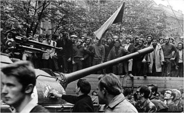 Checoslovaquia fué invadida por las tropas del pacto de Varsovia.