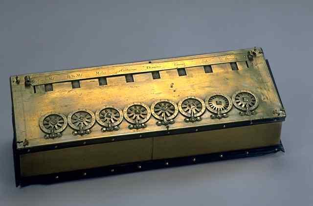 """Gottfried Wilhelm von Leibnitz  inventa la """"calculadora universal"""