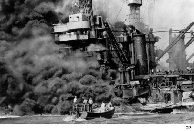 Japón bombardea Pearl Harbor