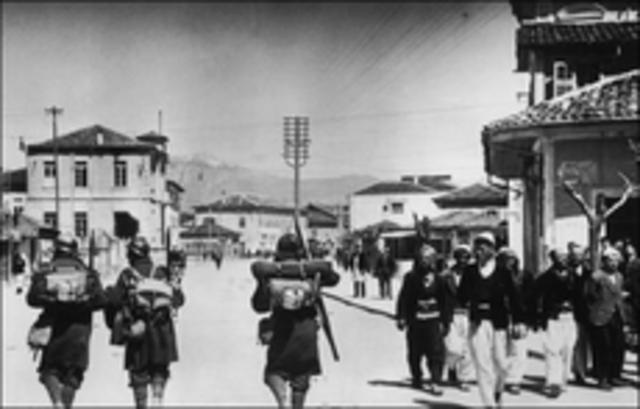 Italia invade Albania.