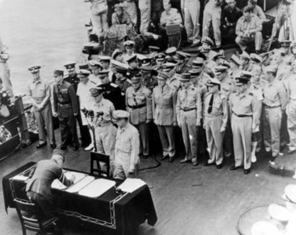 Japón firma la rendición