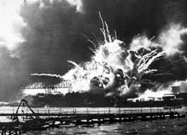 Japón bombardea Pearl Harbor.