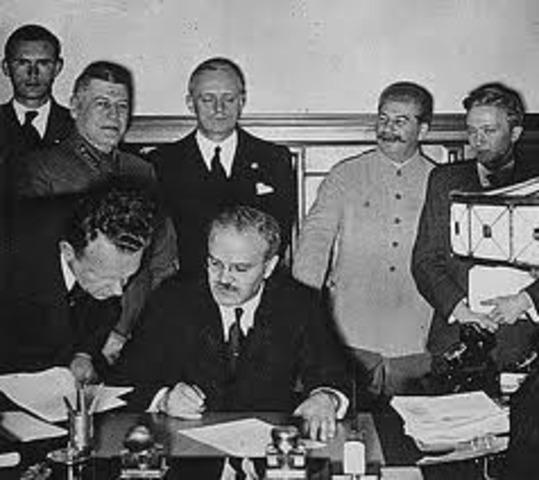 Hitler y Stalin hacen un pacto de no agresión.