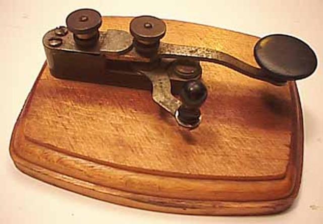 Morse inventa el Telegrafo por hilo