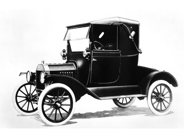 Henry Ford designs Model T car for easy transportation in the US