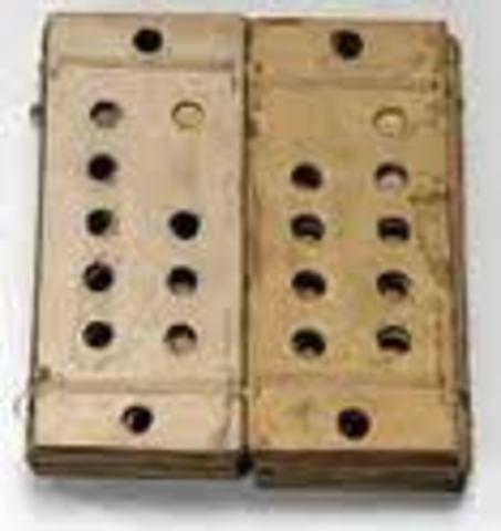 Joseph Marie Jacquard, utiliza un mecanismo de tarjetas perforadas para hacer un telar que solo recibe ordenes y las aplica.