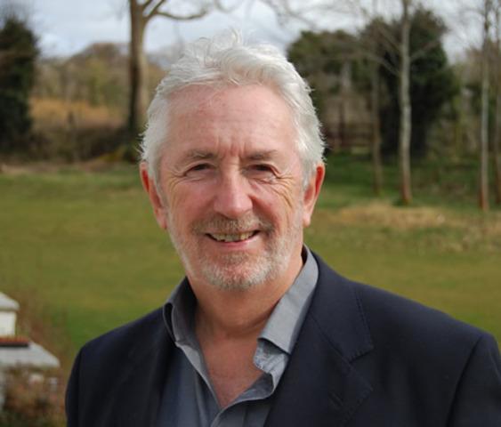 Peter cunningham funda la primer empresa de Investigacion de mercado para enforcar el software y comienza a comercializar software.