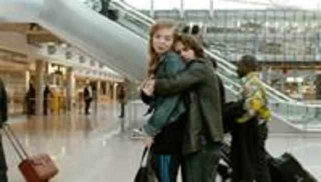 Zinos und Nadine im Flughafen