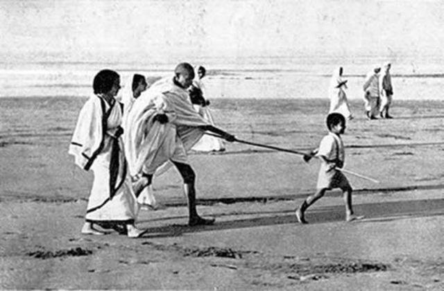 Gandhi inicia la Marcha de la sal