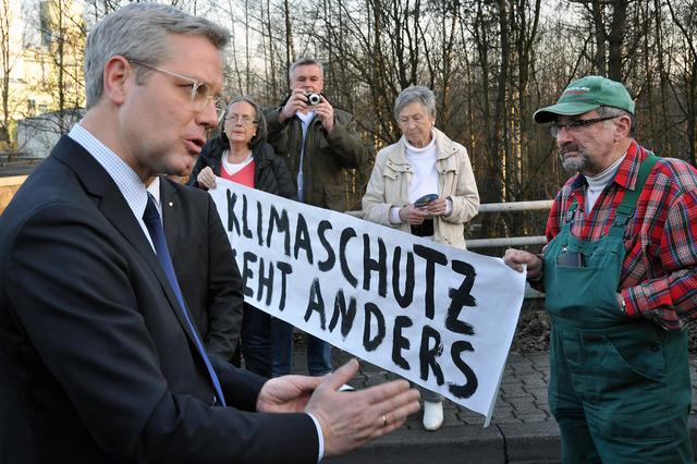 Norbert Röttgen, Bundesumwelt-Minister und Spitzenkandidat im NRW-Wahlkampf nimmt sich einige Minuten Zeit für ein Gespräch mit den Kraftwerksgegnern