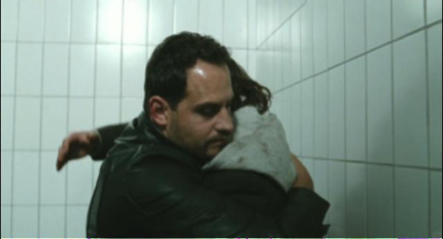 Illias Kuscheln Zino in das Gefängnis