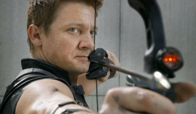 Romanoff fights and makes Hawkeye unconsious breaking Loki's mind control.