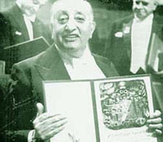 Migeul Ángel Asturias recibe el Premio Nobel de Literartura